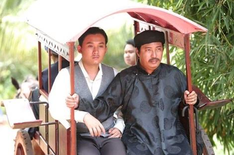 Hà Linh (áo đen) trên trường quay một bộ phim.
