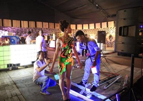 Họa sĩ Ngô Lực (trái) đang hoàn thành một tác phẩm nghệ thuật trên cơ thể người mẫu.
