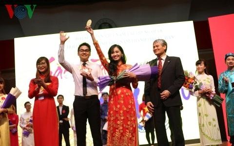 Ông Nguyễn Văn Thịnh và chị Nguyễn Thị Kim Hòa – Chủ tịch Hội LHS Việt Nam tại Vũ Hán trao giải nhất cho cặp đôi xuất sắc nhất.