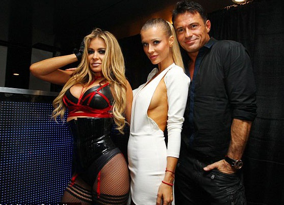 Joanna Krupa (giữa) tổ chức tiệc sinh nhật lần thứ 43 cho chồng Romain Zago (bên phải) và cô đã mời Carmen Electra đến góp vui trong bữa tiệc