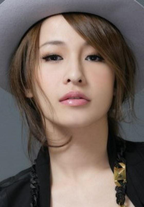 Nữ ca sĩ Tiêu Á Hiên nổi tiếng với mắt một mí nhưng cô đã bất ngờ thừa nhận phẫu thuật thành mắt hai mí để trở nên xinh đẹp hơn, theo đúng nguyện vọng của mẹ ruột.