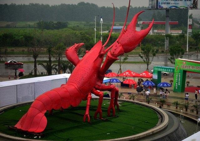 Tượng tôm lớn nhất thế giới được xây dựng tại thành phố Tiềm Giang, tỉnh Hồ Bắc.