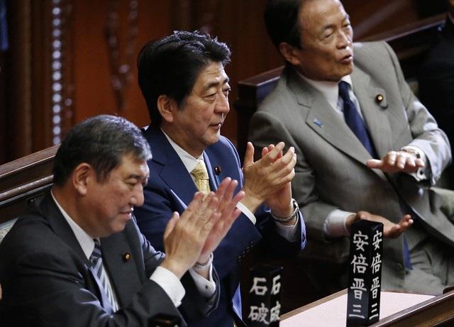 Hạ viện Nhật thông qua dự luật an ninh mới là một thành công lớn của Nội các Thủ tướng Abe (giữa). (Ảnh: AP)