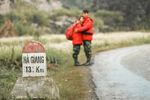 """""""Ban đầu chúng mình khá buồn, vì trời lúc đó cứ mưa hoài nhưng thực sự đứng trước khung cảnh đẹp tuyệt vời của núi non Hà Giang khiến chúng mình ngây ngất và không thể đứng nhìn, thậm chí có những lần mặc kệ mưa, cứ lao ra tạo dáng chụp hình"""", Ngọc Châm tươi cười kể."""