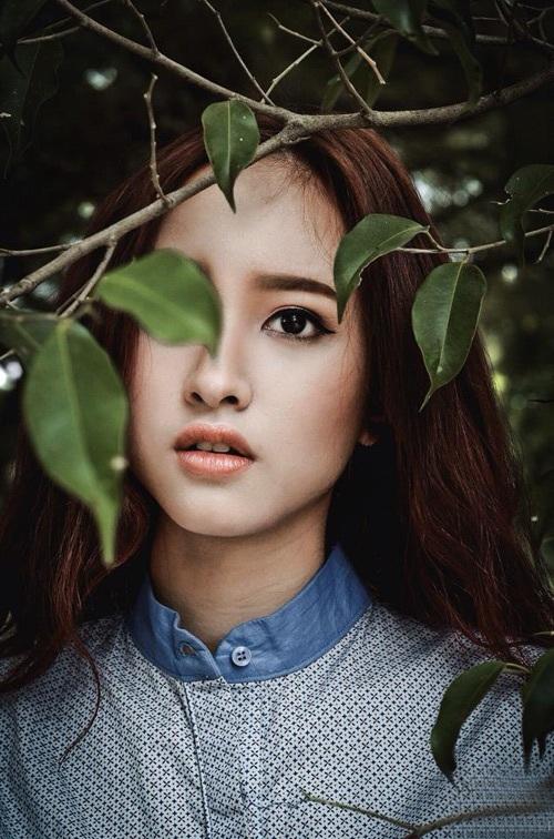 Nguyễn Lê Vi, mẫu ảnh nổi tiếng của trường Đại học Thăng Long chợt thấy mình khác lạ khi lọt vào ống kính của cô nàng 9x