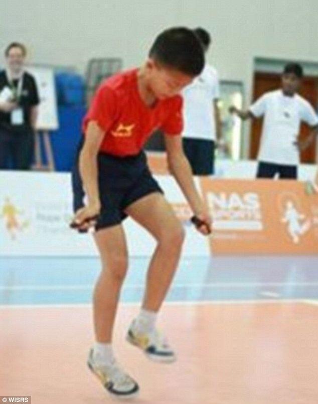 Cậu bé Cen Xiaolin đến từ Trung Quốc đã lập hai kỷ lục thế giới về môn nhảy dây gồm 216 lần nhảy trong 30 giây (tương đương 7,3 lần nhảy/giây) và 548 lần nhảy trong 3 phút.