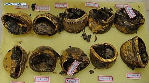 Ngoài ra, các nhà khảo cổ còn khai quật được bộ bình phong sơn mài trên có hình ảnh Khổng Tử và văn tự, cùng một số lượng lớn đồ vật làm bằng vàng.