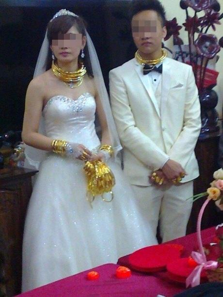 Cô dâu chú rể dát 100 cây vàng lên người