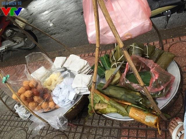Thu Hà Nội còn đặc trưng bởi những gánh hàng rong khắp nơi.