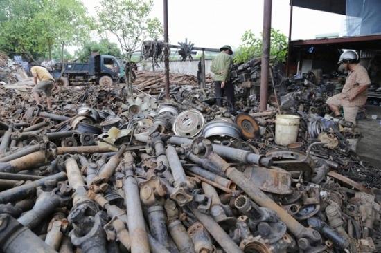 Các thương lái, chủ cửa hàng sửa chữa ô tô từ khắp nơi trên cả nước đổ về thôn chọn mua phụ tùng. Cái nào còn dùng được thì để bán riêng còn lại những đồ hỏng hóc đem bán đồng nát được khoảng 9 nghìn - 15 nghìn/kg