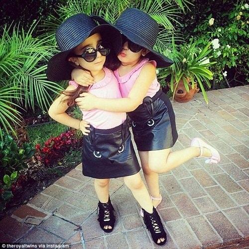 Khi Brittny Gastineau, một ngôi sao truyền hình thực tế đăng tải lại một hình ảnh của Bella và Chloe trên trang Instagram của cô, bạn của Brittny là Kim Kardashian - người sở hữu hơn 50 triệu người hâm mộ đã nhận xét rằng, Bella và Chloe rất dễ thương.