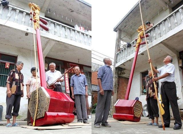 Cây đàn nhị lớn nhất thế giới với chiều cao 3m và cần tới ba nghệ sĩ mới có thể chơi được cây đàn khổng lồ này.