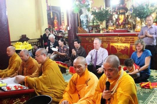 Ngài Ted Osius cùng gia đình rất chăm chú tụng kinh tại chùa Quán Sứ