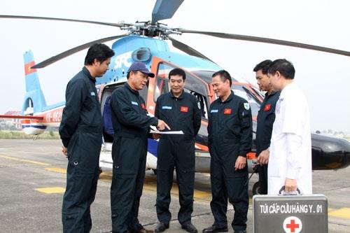 Tổ bay rút kinh nghiệm sau các chuyến bay huấn luyện cấp cứu y tế.