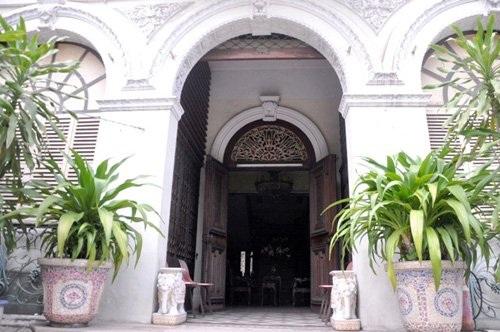 Các cổng vòm, trụ, cửa 2 lớp đều được chế tác hết sức tỉ mỉ và tinh xảo.