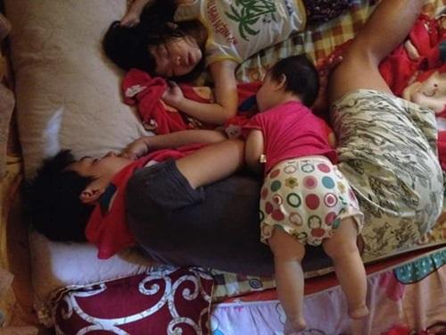 tư thế ngủ, cười ngoác miệng, bố con, hài hước,