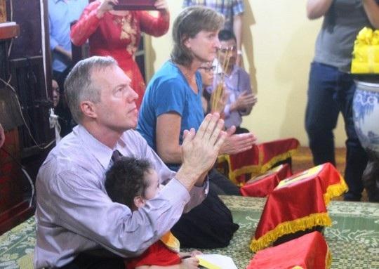 Đại sứ Mỹ đội mưa đưa mẹ lên chùa Quán Sứ làm lễ Vu lan - 7