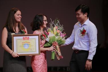 Ông Doãn Hồng Hà, Phó Chủ tịch Hội sinh viên Việt Nam, trao bằng khen cho Lãnh đạo ACET ngay trong đêm First Steps Gala