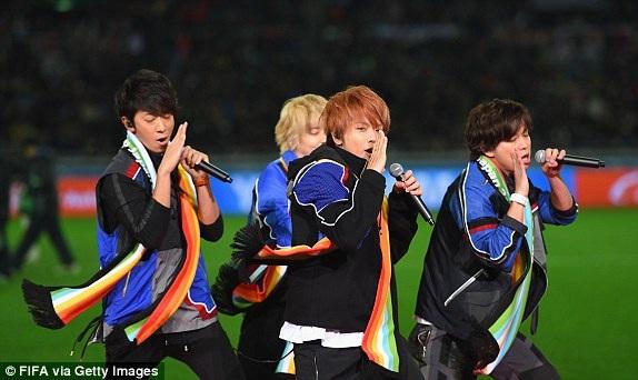 Ban nhạc Nhật Bản News hâm nóng bầu không khí trước trận đấu