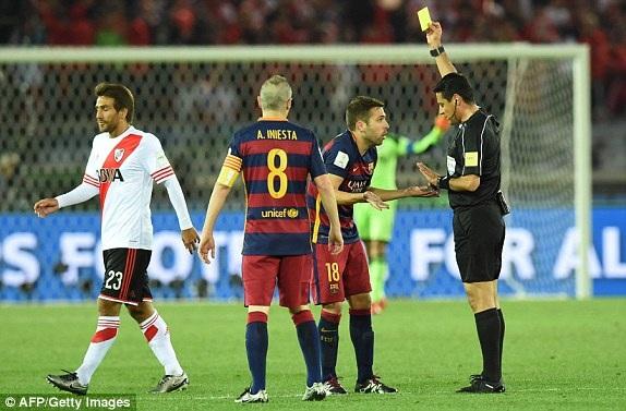 Jordi Alba nhận thẻ vàng sau tình huống chơi thô bạo