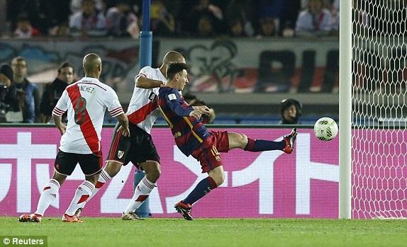 ...trước khi dứt điểm tung lưới River Plate mở tỷ số cho Barca