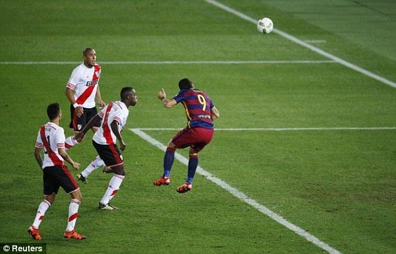Suarez đánh đầu nâng tỷ số lên 3-0 cho Barcelona