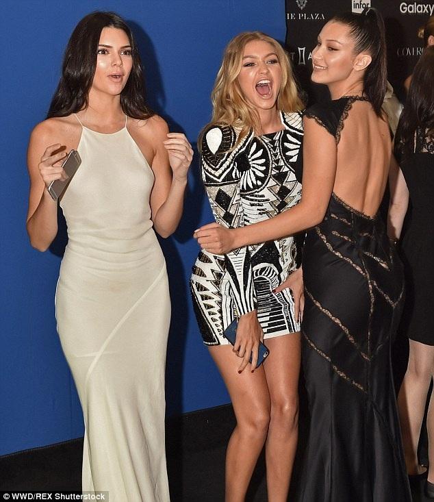 Chân dài Bella Hadid cùng chị gái Gigi và siêu mẫu Kendall Jenner dự tiệc do tạp chí Harpers Bazaar tổ chức tại New York ngày 17/9