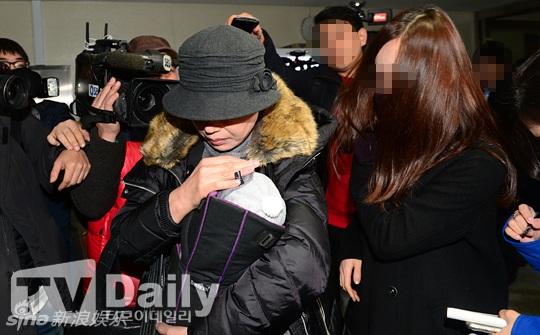 Bạn gái cũ của Kim Hyun Joong đưa con trai 3 tháng tuổi đi xét nghiệm gen hồi đầu tháng 12/2015.