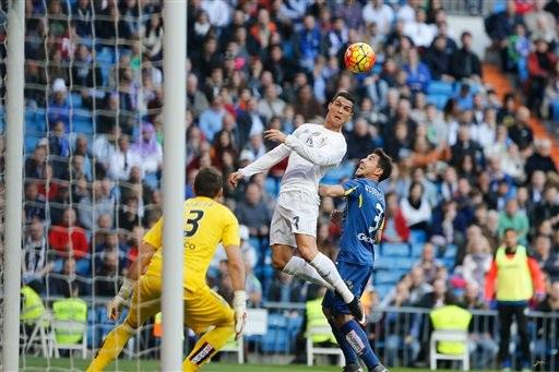C.Ronaldo mang về bàn thắng thứ 4 cho Real Madrid ở cuối hiệp 1