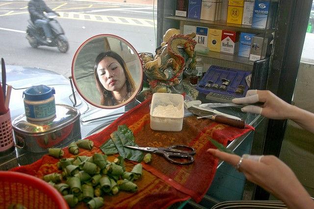 Thiếu nữ Đài Loan ăn mặc thiếu vải bán... trầu cau - 4