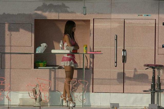 Thiếu nữ Đài Loan ăn mặc thiếu vải bán... trầu cau - 5