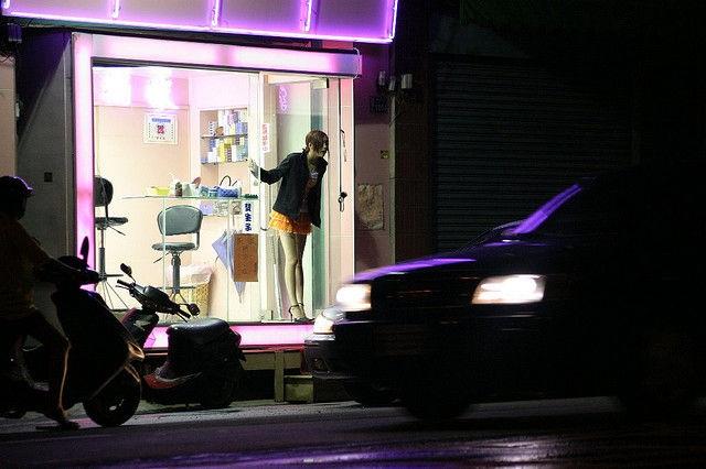 Thiếu nữ Đài Loan ăn mặc thiếu vải bán... trầu cau - 3