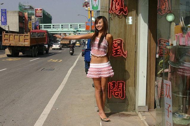 Thiếu nữ Đài Loan ăn mặc thiếu vải bán... trầu cau - 1