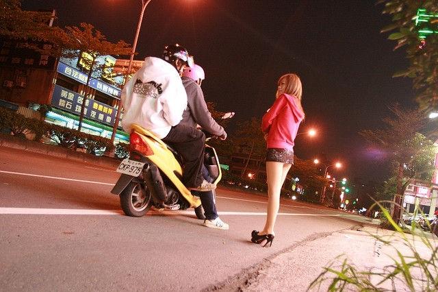 Thiếu nữ Đài Loan ăn mặc thiếu vải bán... trầu cau - 6