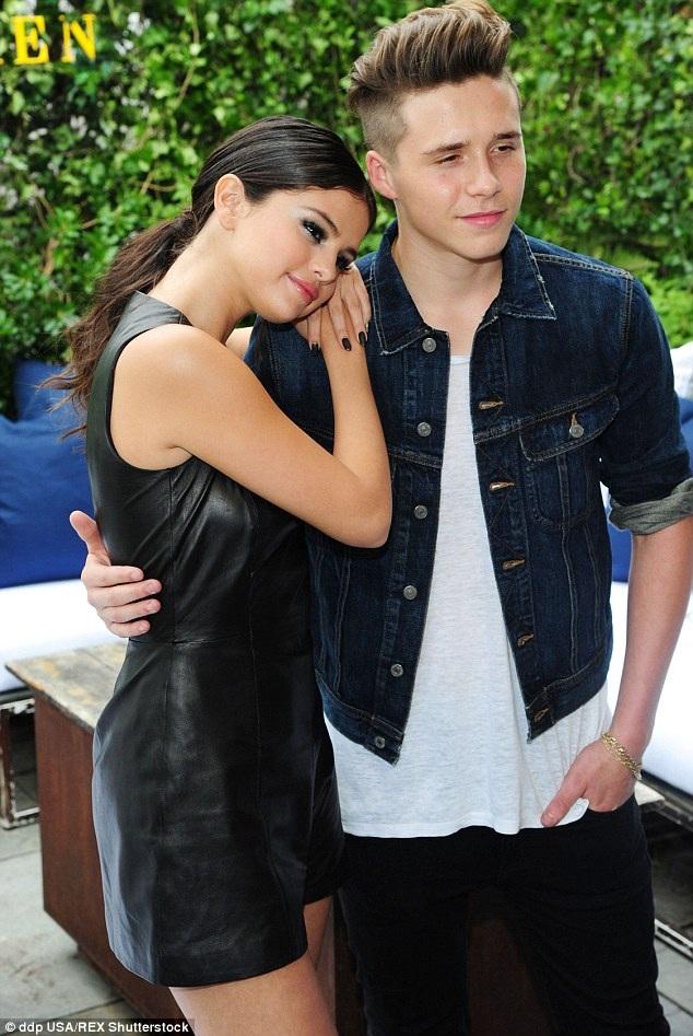Selena Gomez tình tứ dựa đầu vào vai của Brooklyn Beckham khi cả hai dự tiệc tại tuần lễ thời trang New York ngày 12/9 vừa qua