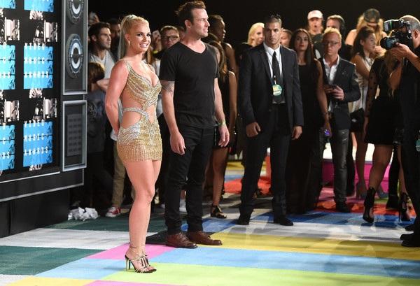 Bất ngờ khi thấy Britney khoe vòng một trên thảm đỏ - 5