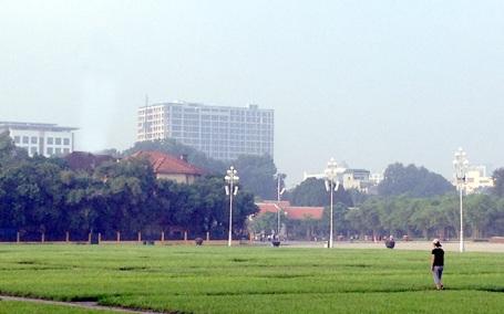 Nhìn từ quảng trường Ba Đình, cao ốc số 8B Lê Trực cao lừng lững một khối vuông vức.