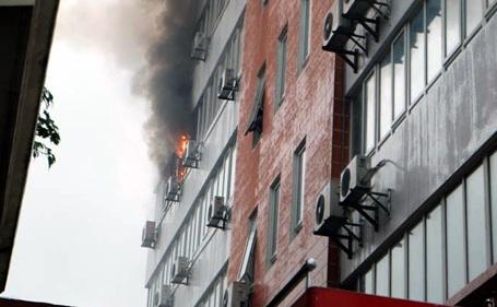 Hà Nội: Lửa cháy ngùn ngụt tại tòa nhà AIRMEX trong cơn mưa lớn - 1