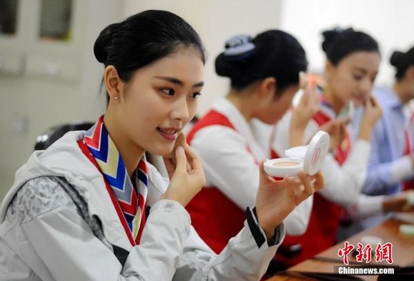 Thế nên cũng không quá khó hiểu trong một đợt tuyển dụng tiếp viên hôm 28/10 vừa qua trong hội chợ việc làm được tổ chức tại trường đào tạo hàng không ở Thành Đô (Trung Quốc), hàng trăm bạn trẻ nô nức có mặt để dự thi.