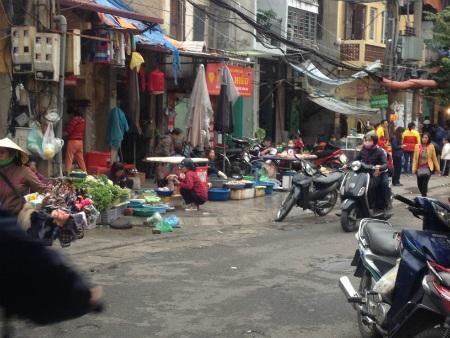 Nhiều mặt hàng thực phẩm bàn bán tràn lan trên vỉa hè ngoài khu vực chợ Ngọc Hà