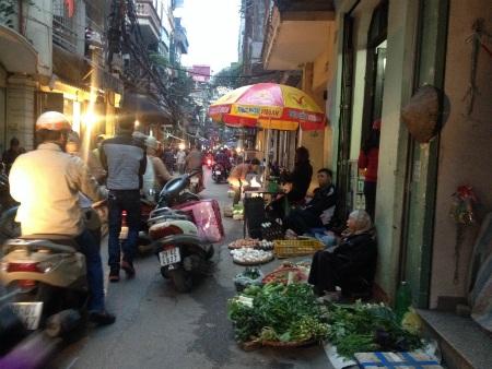Chợ tạm, chợ cóc Khâm Thiên đã hoạt động được nhiều năm
