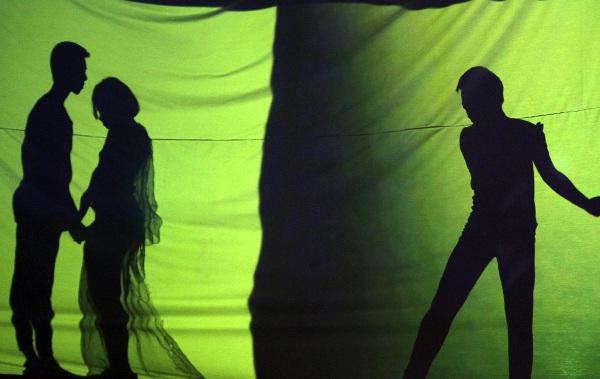 Phần trình diễn múa bóng ấn tượng của khối chuyên Toán kể lại câu chuyện tình mô phỏng theo bộ phim kinh điển Brokeback Mountain