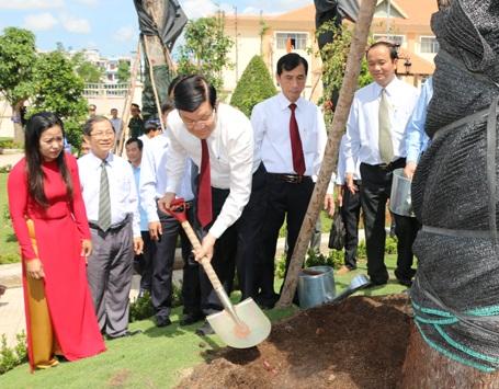 Chủ tịch nước Trương Tấn Sang trồng cây tại Khu lưu niệm Luật sư Nguyễn Hữu Thọ. Ảnh: Thanh Bình - TTXVN