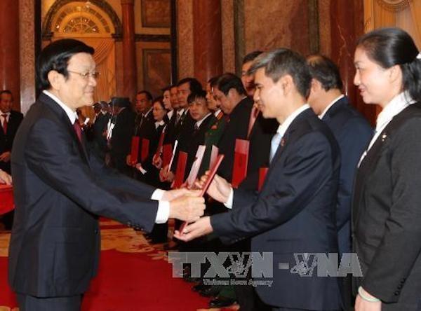 Chủ tịch nước Trương Tấn Sang trao quyết định bổ nhiệm thẩm phán Tòa án nhân dân Tối cao. (Ảnh TTX)