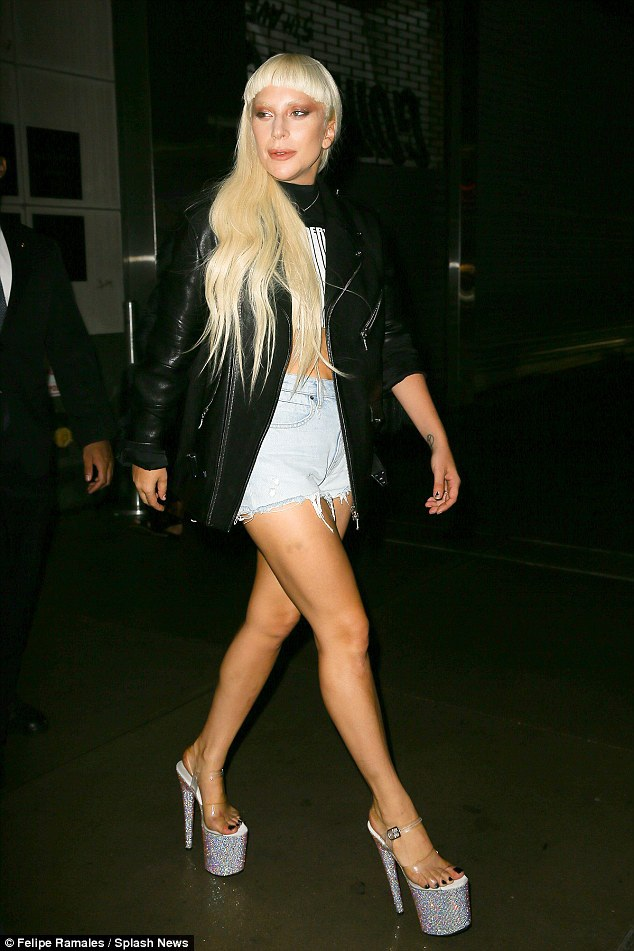 Lady Gaga đi đôi sandal cao tới 20 cm...