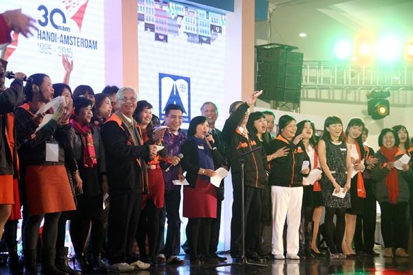 Các thầy cô giáo và học sinh của trường cùng nhau hát lên bài ca truyền thống.