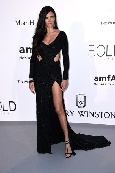 Siêu mẫu hai con Adriana Lima (ảnh) và đàn em Cara Delevingne cùng đứng thứ 2 trong Top 10 của Forbes với thu nhập 9 triệu đô la.Lima - 34 tuổi vẫn là một trong những gương mặt quảng cáo chủ đạo của Victorias Secret.