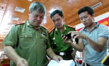 Thiếu tướng Đặng Trần Chiêu (trái) - Giám đốc công an tỉnh Yên Bái