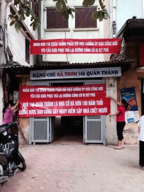 Các hộ dân số nhà 146 Quán Thánh phản đối kịch liệt việc UBND quận Ba Đình và phường Quán Thánh xây đường cống mới khi chưa tìm được sự đồng thuận của nhân dân.