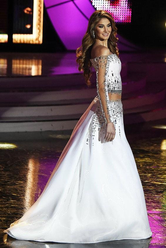 Mariam Habach trình diễn váy dạ hội.